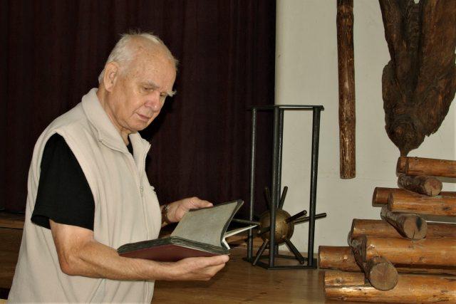 Karel Pokorný ve skautské klubovně v Nové Pace