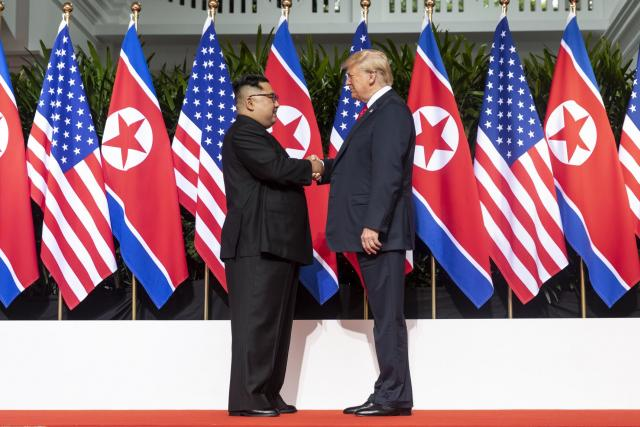 Donald Trump a Kim Čong-un na summitu v Singapuru