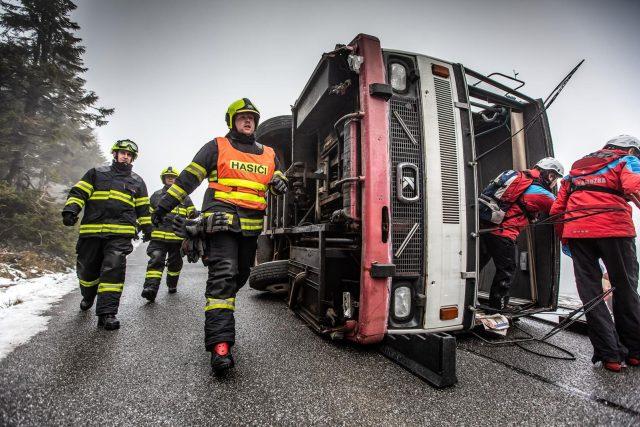 Dopravní nehoda autobusu na hřebeni Krkonoš otestovala při cvičení souhru složek IZS