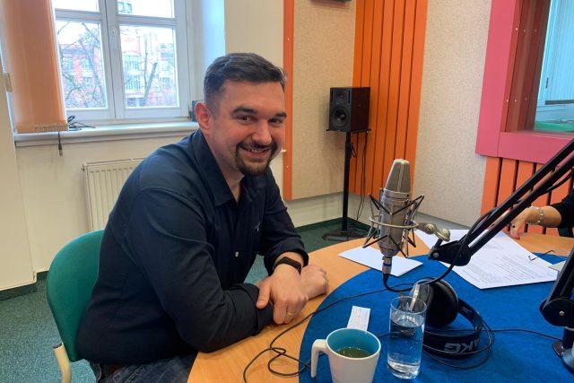 Tomáš Magnusek ve studiu Českého rozhlasu Hradec Králové