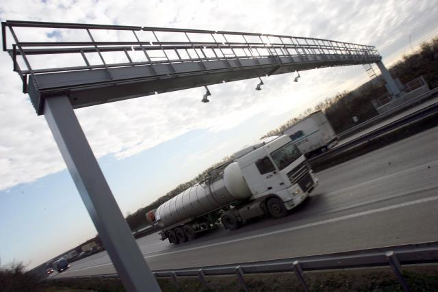 Mýto,  mýtná brána,  doprava,  silnice,  dálnice,  cisterna,  nákladní automobil,  kamion | foto: Zbyněk Pecák,  CNC / Profimedia
