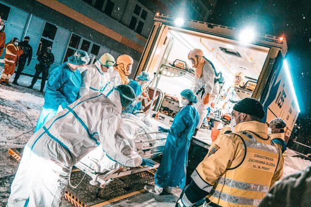 Devět pacientů z přeplněné náchodské nemocnice dorazilo v pořádku do nemocnice v Kyjově | foto: Krajský úřad Královéhradeckého kraje