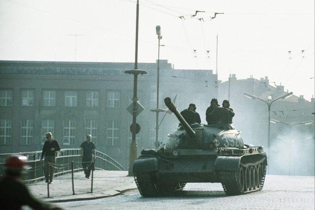 Srpen 1968 v Hradci Králové - tanky mířící do Havlíčkovy ulice   foto: Josef Krejsa