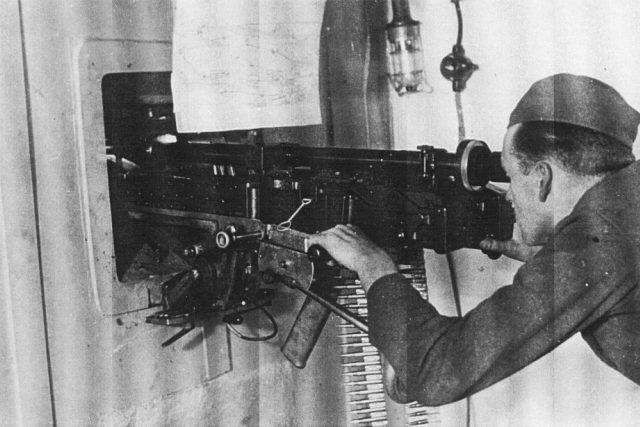 Unikátní foto vojáka u dvojčete těžkých kulometů vz. 37. Foto z bunkru u Zbečníku na Náchodsku