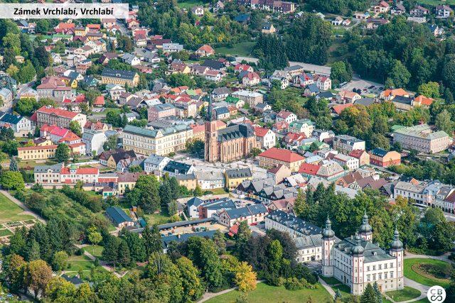 Renesanční zámek Vrchlabí je hlavní dominantou města. Původně obklopoval stavbu dvanáct metrů široký vodní příkop, přes který se do zámku vstupovalo třemi mosty