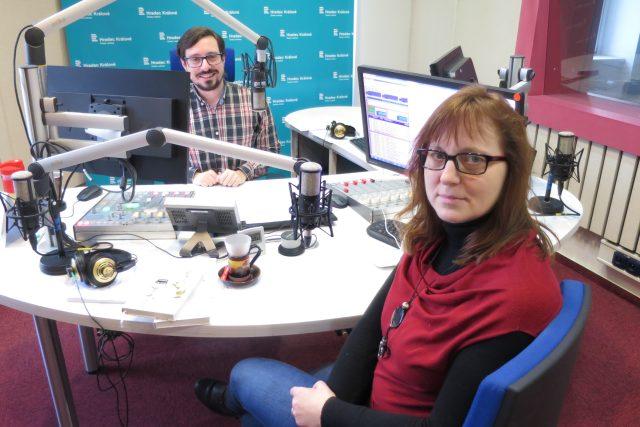 Lidmila Kábrtová ve studiu Českého rozhlasu Hradec Králové spolu s Jakubem Schmidtem