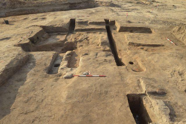 Pohled na konstrukci pozdně středověké rybniční výpusti nalezené v Písku u Chlumce nad Cidlinou