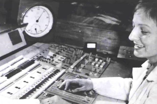 Eva Řeháková za mixážním pultem (60. léta 20. století)