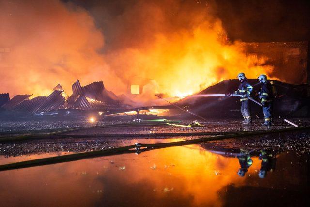 Skladovací hala v Josefově lehla popelem, škoda je 1,2 milionu korun
