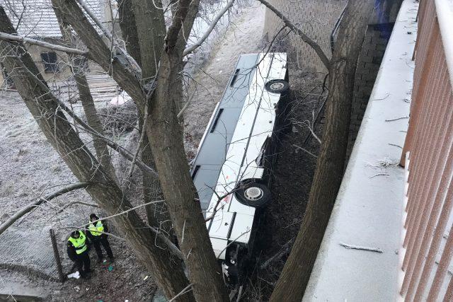 Autobus v Mělníku spadl ze srázu a dopadl na bok