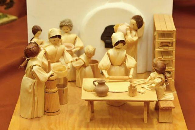 Pod rukama Jany Jarchovské vznikají nádherné figurky ze šustí | foto: Muzeum východních Čech Hradec Králové