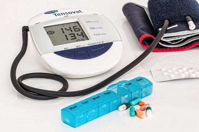 Tlakoměr, léky, hypertenze (ilustrační foto)