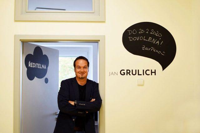 Jan Grulich, ředitel Základní školy Trivium plus v Dobřanech v Orlických horách baví žáky, učitele i rodiče