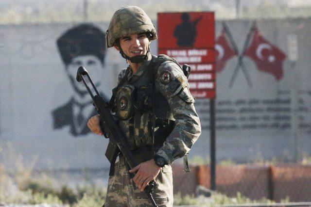 Turecký voják na hranici se Sýrií