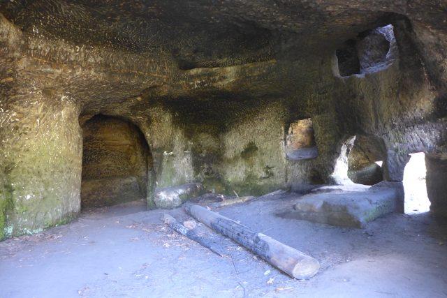 Jeden z nejznámějších skalních bytů v Českém ráji najdete nedaleko hradu Kost | foto: Vlastimil Pilous