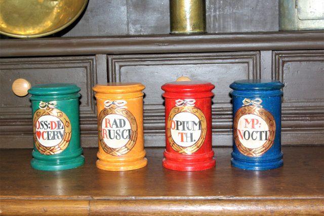 Dřevěné lékovky jako součást interiéru barokní lékárny v Novém Městě nad Metují