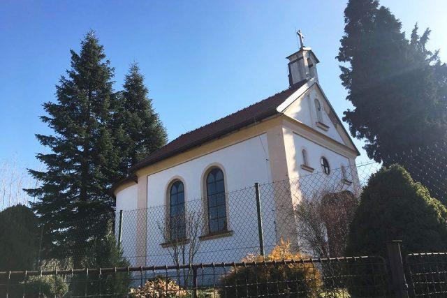 Kaple Panny Marie ve Spech na Náchodsku se dočkala nové střechy