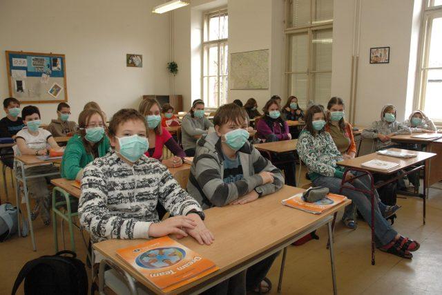 Školáci s rouškami ve třídě (ilustr. obr.)