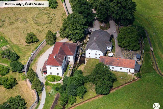 Rudrův mlýn je jedním z dějišť románu Babička. Mlýn byl do dnešní podoby přestavěn v 18. století. Uvnitř uvidíte historické technické vybavení a obydlí mlynáře a jeho rodiny