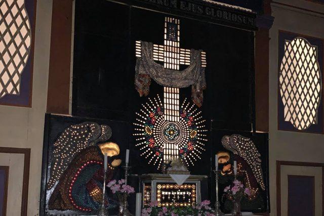 Kostel v Žacléři opravují řemeslníci. Sakrální stavba v sobě skrývá jeden velký skleněný unikát | foto: Jana Házová,  Český rozhlas,  Český rozhlas
