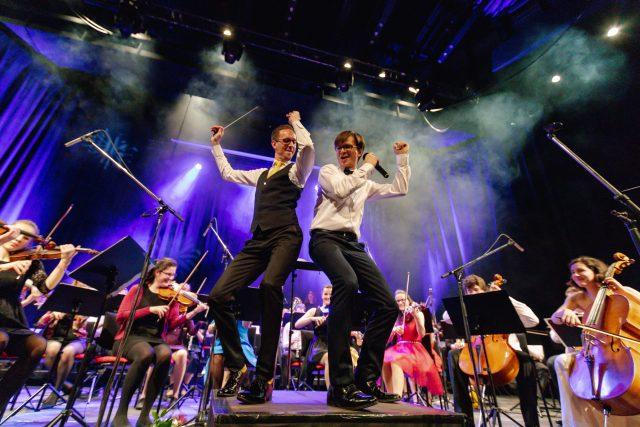 PSO nebo-li Police Symphony Orchestra při jednom ze svých koncertů - dirigent Joel Hána a zpěvák Jan Sklenář