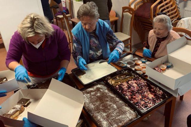 Senioři z Tmavého Dolu napekli dortíky pro náchodské a trutnovské zdravotníky | foto: Antonín Stanislav