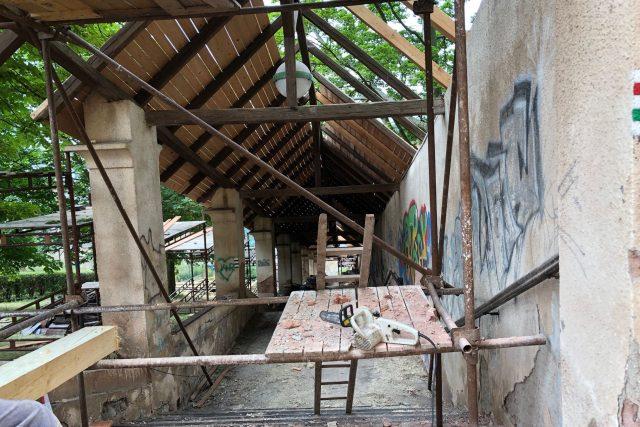 Řemeslníci opravují unikátní klášterní schodiště v Nové Pace