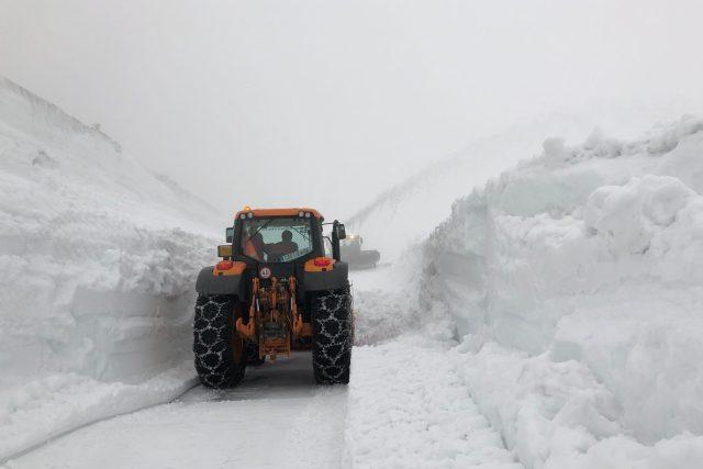 Desetimetrové sněhové bariéry prorážela v Krkonoších fréza