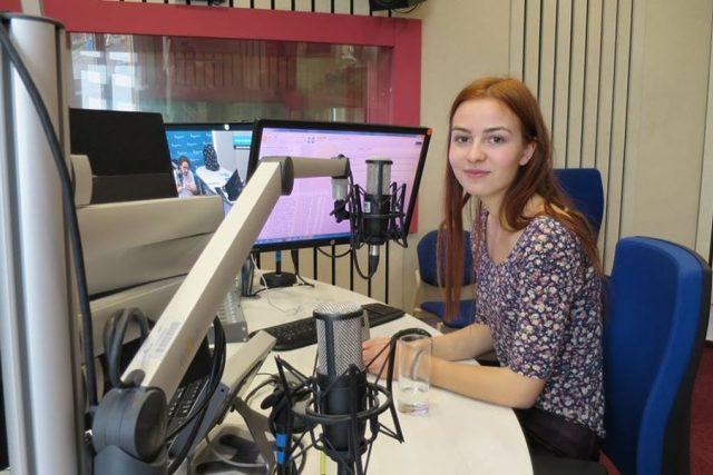 Gabriela Jakoubková ve studiu Českého rozhlasu Hradec Králové
