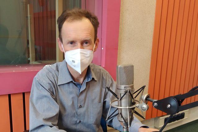 MUDr. Pavel Kosina ve studiu Českého rozhlasu Hradec Králové