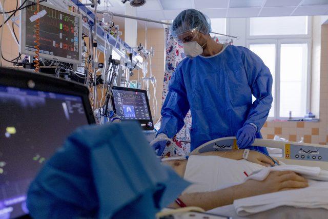 Problémem intenzivní péče v Česku je podle přednosty KARIM Jana Bláhy především nedostatek zdravotních sester.