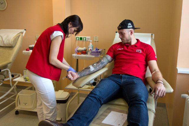 Čtveřice hokejistů týmu Mountfield HK podpořila darováním krve na Transfuzním oddělení Fakultní nemocnice Hradec Králové nábor nových dárců