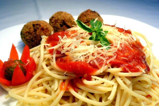 Špagety s masovými kuličkami v rajské omáčce
