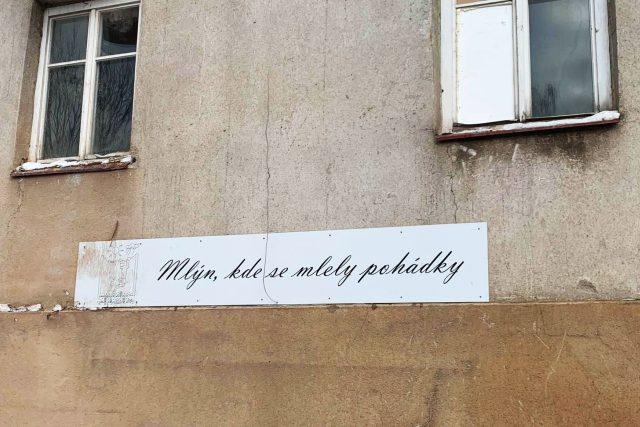 Nápis na budově Čapkova mlýna v Hronově