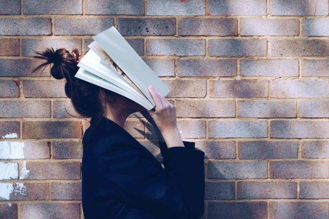 student, studium, příprava na zkoušku, studentka, únava, frustrace, učení
