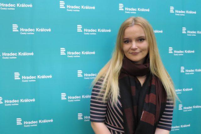 Iva Sojková ve studiu Českého rozhlasu Hradec Králové