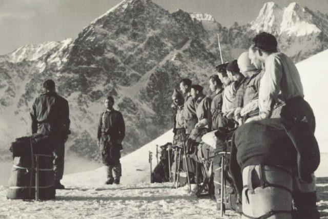 Československé reprezentační horolezecké družstvo ve Vysokých Tatrách v roce 1955 | foto: Jan Červinka
