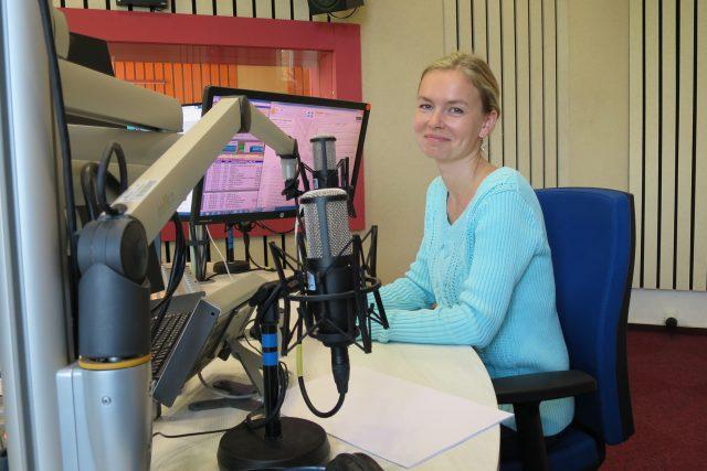 Veronika Macleod ve studiu Českého rozhlasu Hradec Králové