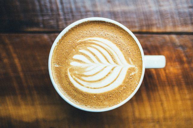 Pít kávu s mlékem se vůbec nemusíte bát. Naopak, je zdraví prospěšná
