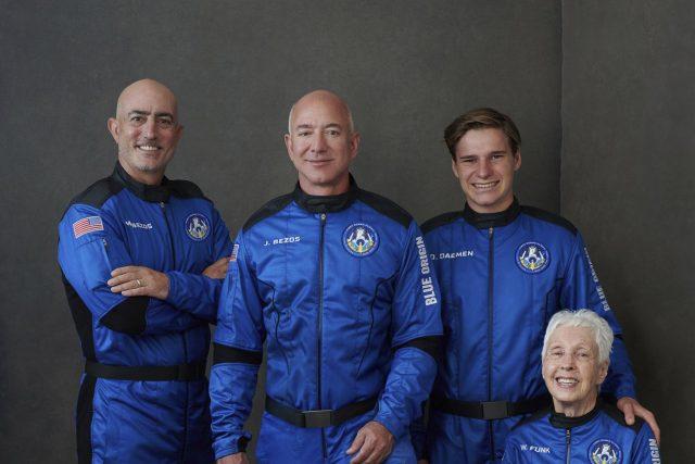 Mark Bezos,  Jeff Bezos,  Oliver Daemen,  Wally Funková | foto: ČTK/AP
