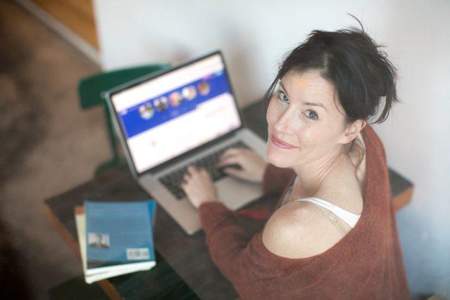 Na zralé osamělé ženy cílí podvodníci na internetu  (ilustrační foto) | foto: Fotobanka Pixabay
