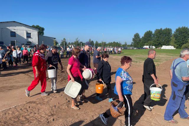 Stovky lidí se v Pileticích na Královéhradecku vypravily na první letošní samosběr jahod