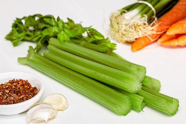 Rozhodně by měli řapíkatý celer vyzkoušet všichni, kteří hubnou do plavek (ilustrační foto)