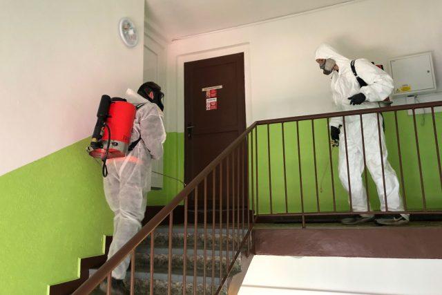 Pracovníci speciální firmy dezinfikují ve Vrchlabí společné prostory panelových bytů