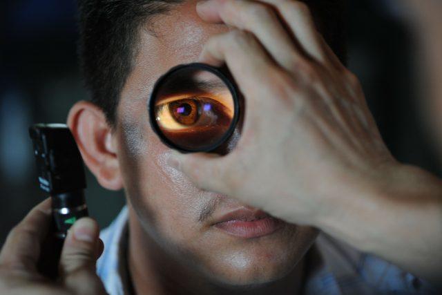 Oftalmolog zkoumá dioptrické vady (ilustrační foto)