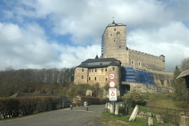 Východní část hradební zdi hradu Kost hrozila zřícením. Statikům se ji podařilo včas zajistit