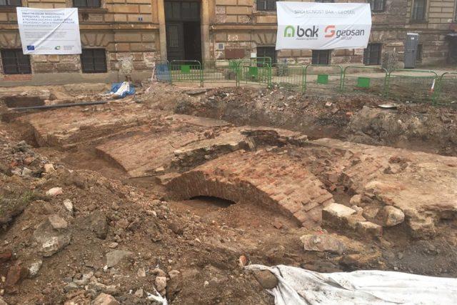 Archeologové objevili při modernizaci Gayerových kasáren v Hradci Králové základy takzvaného bastionu a kavalíru z 18. století