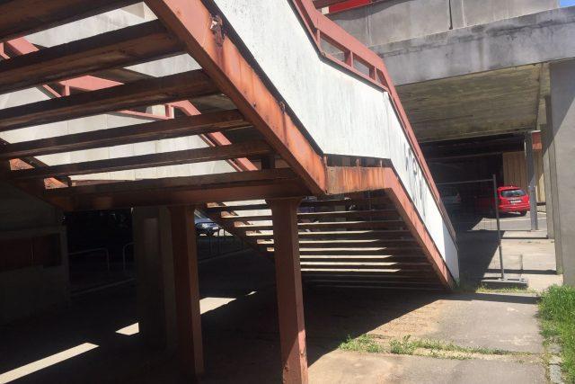 Hradec Králové musel kvůli havarijnímu stavu uzavřít čtyři schodiště na Benešově třídě