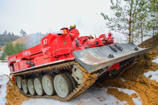 """Hasičský """"tank"""" při zásahu"""