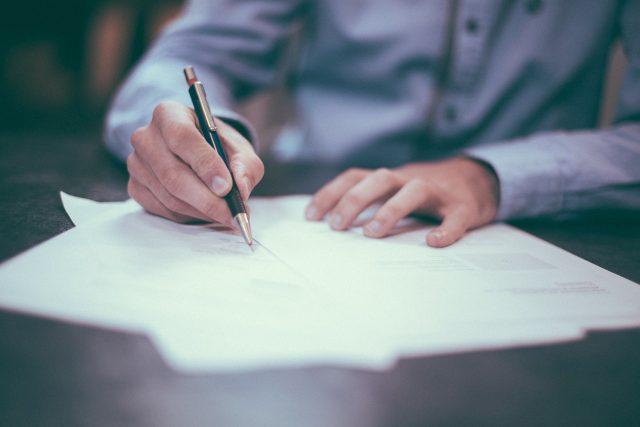 podpis smlouvy (ilustrační foto)
